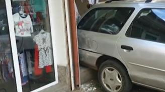 Пиян и въоръжен мъж заби колата си в магазин в Казанлък