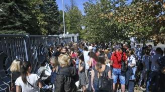 Журналисти на протест пред БНР в подкрепа на Силвия Великова