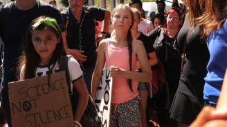 Грета Тунберг участва в малък екологичен протест пред Белия дом