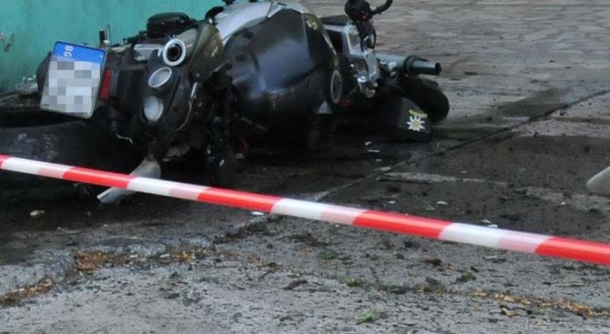 Катастрофа между мотоциклет и кола: Мъж и 5-годишно дете са пострадали