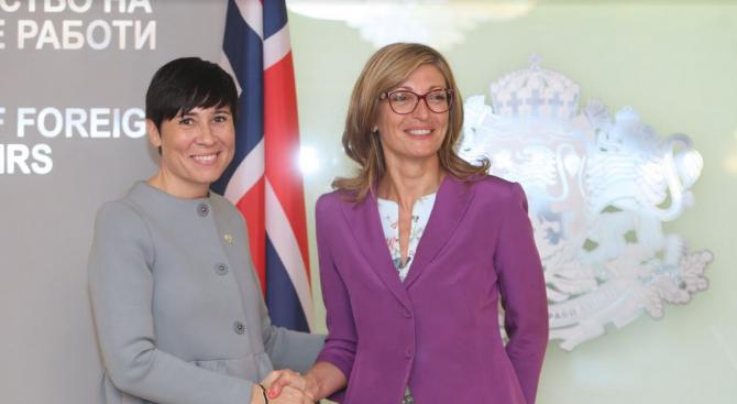 Вицепремиерът и външен министър Екатерина Захариева и министърът на външните