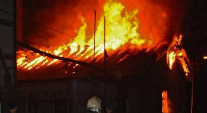 Пожар е унищожил едноетажна жилищна сграда, прилежащи пристройки и намиращата