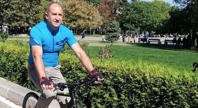 Държавният глава Румен Радев тръгна с колело. Това стана ясно