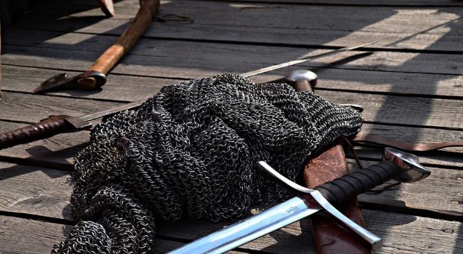 Археолози се натъкнаха на меч на 3200 години на остров