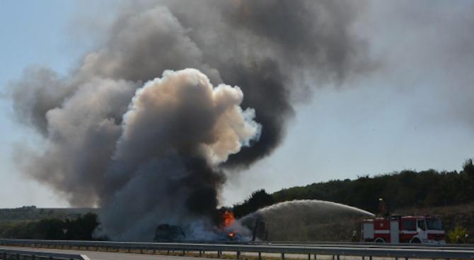 """Кола се запали на магистрала """"Тракия"""" в района на Карнобат"""