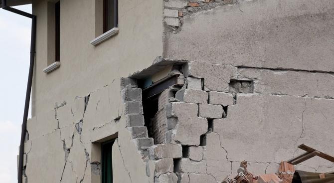 Най-малко двама души са били ранени при земетресението, разтърсило следобед