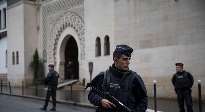 Мъж се вряза с автомобила си в джамия във френски град