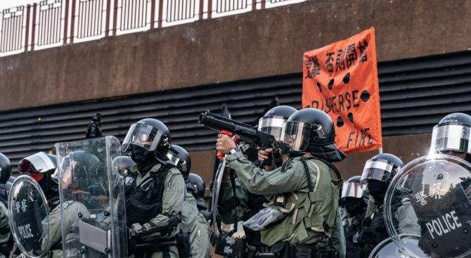 Полицията в Хонконг използва гумени куршуми по време на сблъсъци