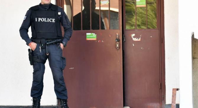 Трима командоси влязоха при мъжа, който се барикадира в дома