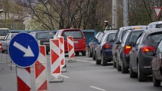 Временно е спряно движението по главен път София - Варна, в района на село Кавлак