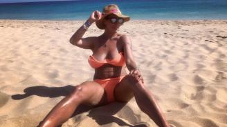 Тризначката Любов съблазнява от плажа