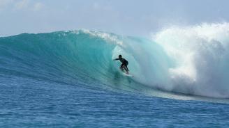 Учени разработиха първия биоразградим костюм за сърф