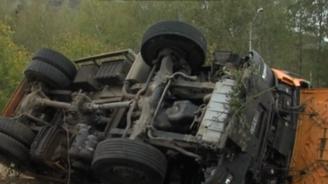 Боклукчийски камион се преобърна и запали във Враца