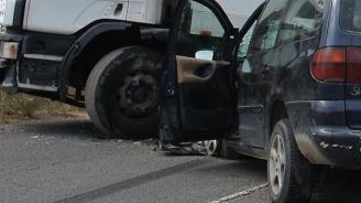Катастрофа между лек и товарен автомобил: Има ранен