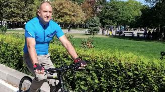 Президентът Радев подкара колело