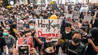 Привърженици на Пекин скъсаха протестни лозунги в Хонконг