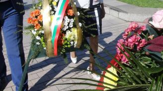 Перничани положиха цветя пред паметника на Кракра