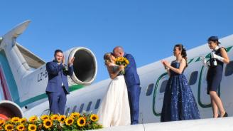Младоженци се венчаха на крилото на самолет Ту – 154