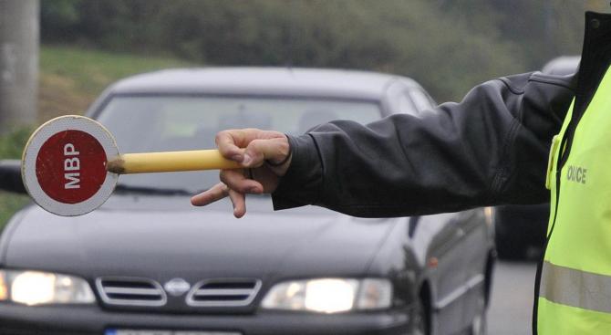 Шофьор опита да бутне 30 лв. подкуп на полицаи