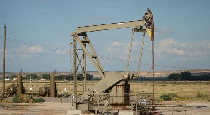 Петролът поевтинява