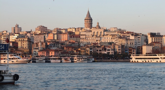 Изплашени хора изпълниха улиците в Истанбул след силния трус от