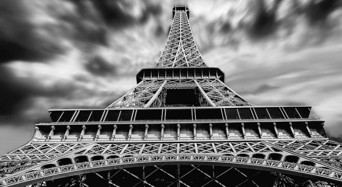 Айфеловата кула ще потъне в мрак тази вечер в памет