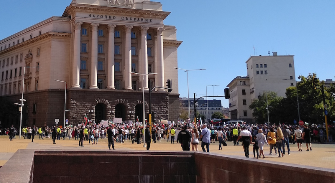Протест на родители блокира центъра на София