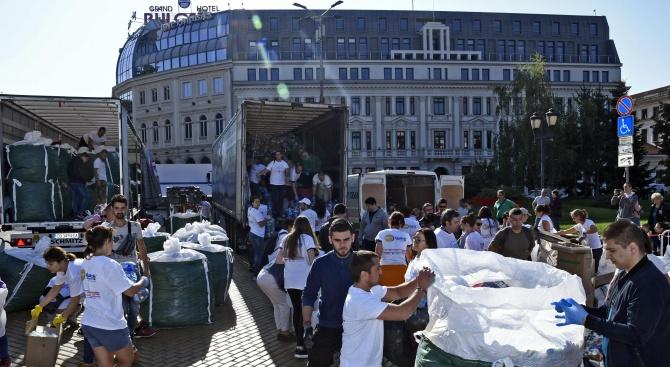 """Стотици се включиха в благотворителната инициатива """"Капачки за бъдеще"""" в София"""