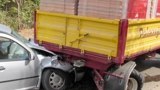 Кола се вряза в ремарке на трактор на пътя Русе - Николово
