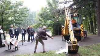С водосвет започнаха строителните реконструкции на езерото в градския парк в Банско