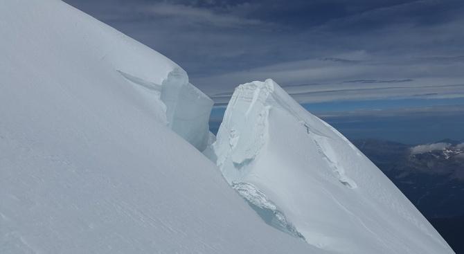 Специалист, наблюдаващ бързо движещ се ледник на италианската страна на