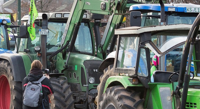 Трактори задръстиха холандски магистрали