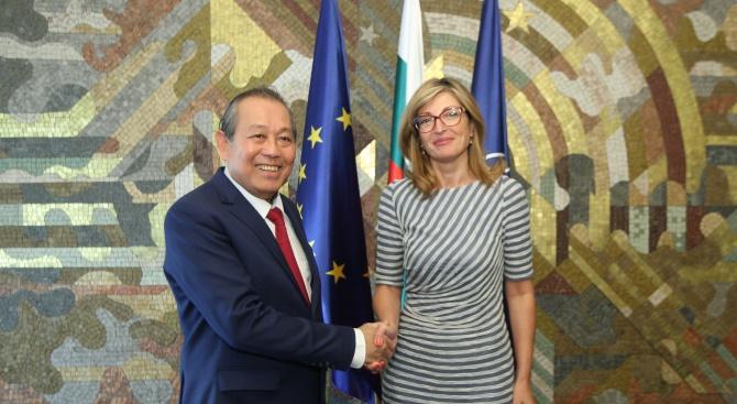 Вицепремиерът и министър на външните работи Екатерина Захариева и зам.-министър