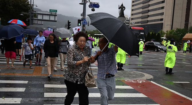 Тайфун взе най-малко четири жертви в Южна Корея, евакуираха 20 000 в Япония