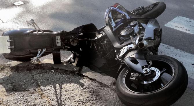 Водач на мотоциклет пострада при пътно-транспортно произшествие на пътя Котел-Омуртаг.