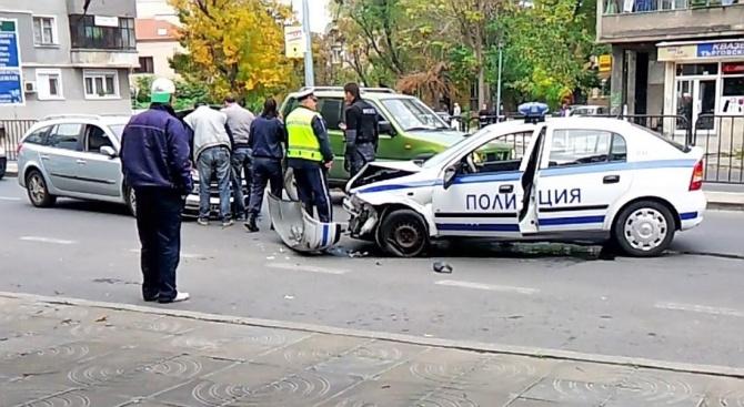 Полицейско преследване край Асеновград завърши с катастрофа. Малко преди 14:00