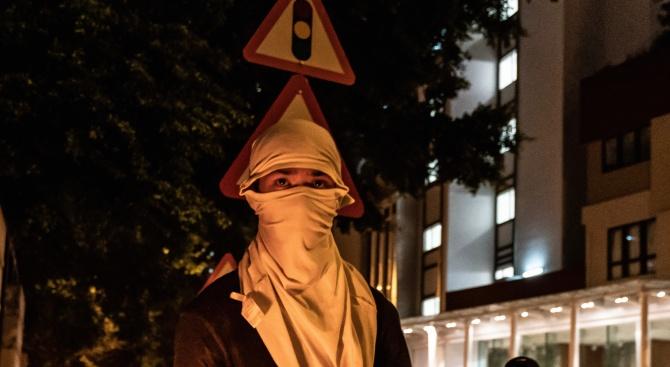 Властите в Хонконг са забранили носенето на маски на обществени