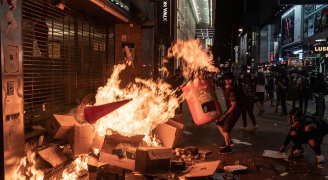 Полицията в Хонконг използва сълзотворен газ срещу протестиращите
