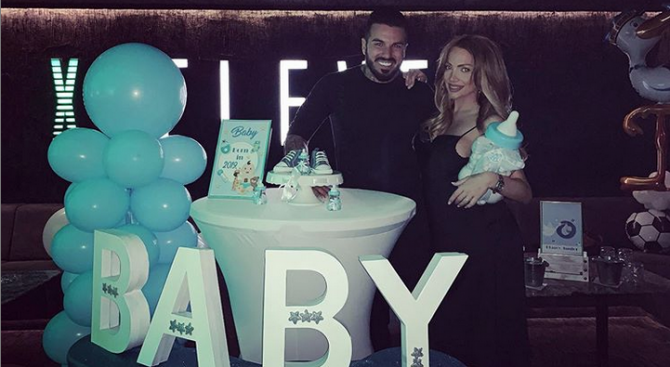 Снимка: Златка Райкова и Благой поляха бебето в дискотека