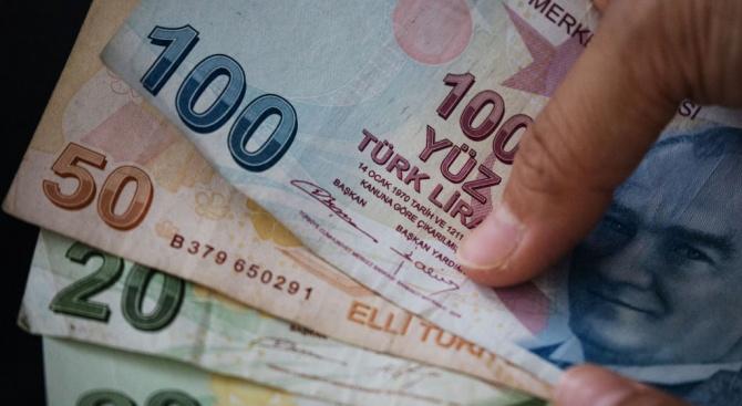 Турската лира поевтинява спрямо долара и еврото по време на