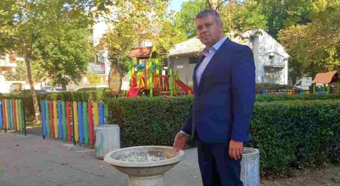 """Многобройните посетители в градинката на площад """"Чехов"""" в Пловдив отново"""