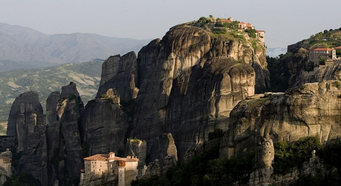 Българи надраскаха със спрей скалните ниши в Метеора