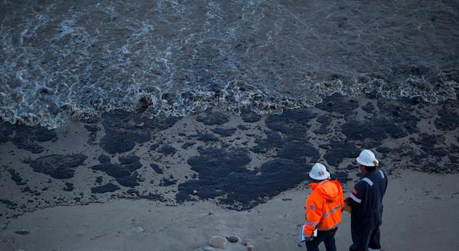 Над 100 тона петрол са разлети по бреговете на Бразилия