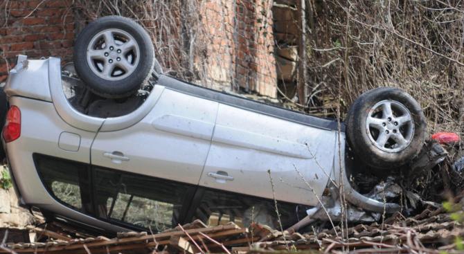 """Автомобил се е обърнал по таван на автомагистрала """"Струма"""" край"""
