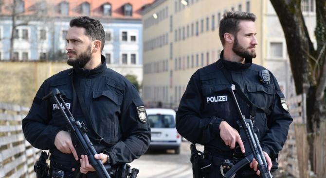 Двама души бяха убити при стрелба в източния германски град