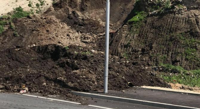 Пропаднал участък затруднява движението по пътя между Габрово и връх