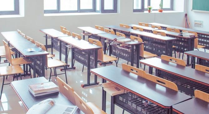 """Ученичка е в """"Пирогов"""", учителка хвърлила чин по нея"""