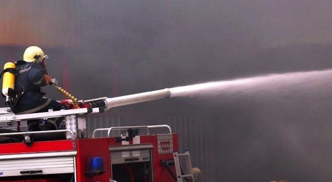 Пожар бушува в блок в Бургас, мъж скочи от терасата си