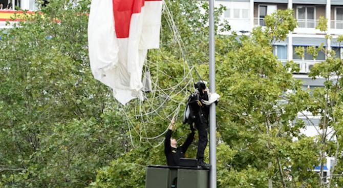 Испански парашутист увисна на улична лампа по време на военния парад по повод националния празник