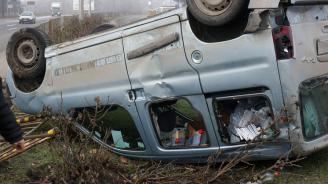 Мъртво пиян шофьор преобърна колата си по таван